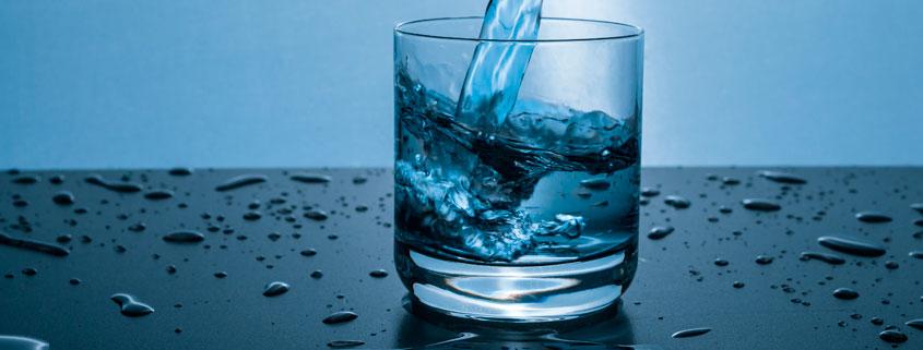 Agua embotellada o agua del grifo
