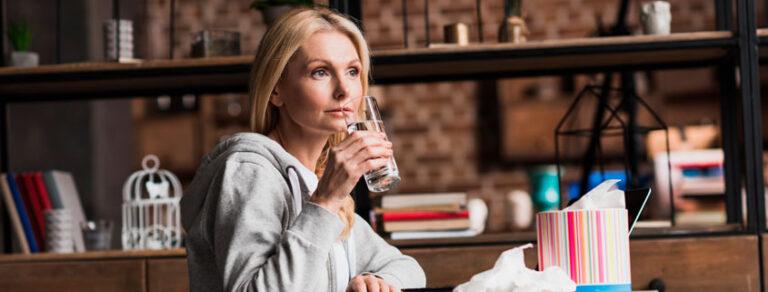 beber agua embotellada en casa